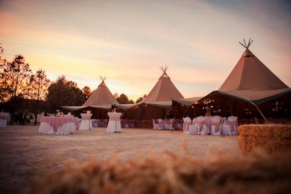 Tipis bodas con encanto al aire libre