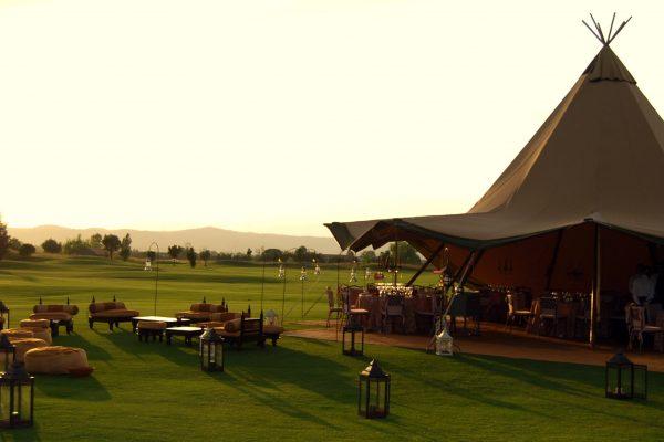 Celebración de evento con carpa tipi en campo de golf
