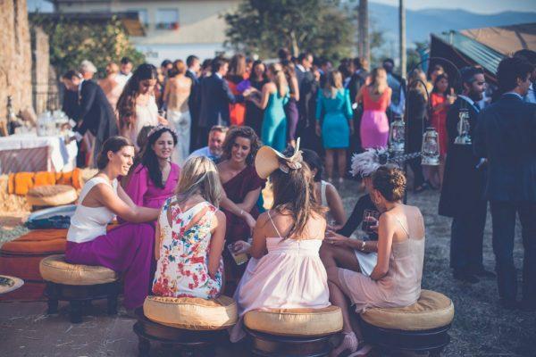 Decoración chillout para boda con encanto en carpa Tipi