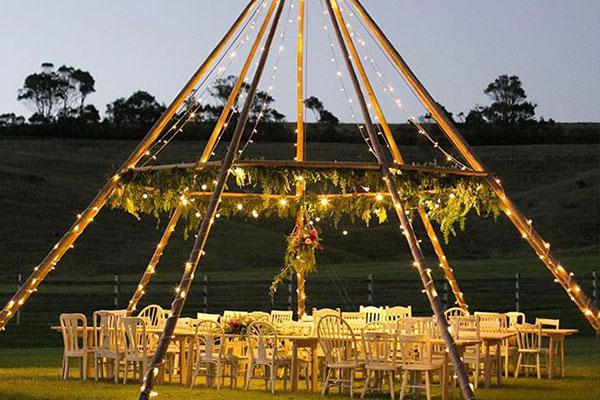 Celebración ceremonia boda al aire libre. Tipi Nacked