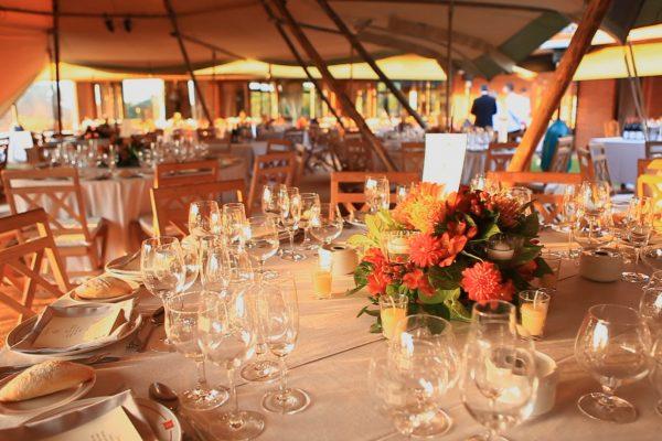 Decoración clásica boda con encanto en carpa Tipi