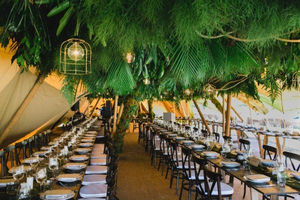 Decoración informal boda con encanto en carpa Tipi